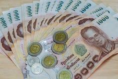 Billete de banco y moneda del baht tailandés de Tailandia Fotos de archivo