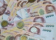 Billete de banco y moneda del baht tailandés de Tailandia Fotos de archivo libres de regalías