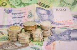 Billete de banco y monedas. Fotos de archivo libres de regalías