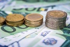 billete de banco y monedas euro como finanzas del dinero Imagenes de archivo