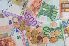 billete de banco y monedas euro como finanzas del dinero Imagen de archivo