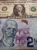 billete de dólar del americano uno y billete de banco de Costa Rican de los colones 2000