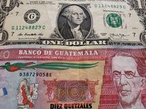 billete de dólar del americano uno y billete de banco guatemalteco de diez quetzales