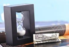 Billete de dólar y reloj de arena arrugados Fotografía de archivo libre de regalías