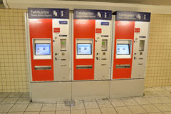 Billete de tren de compra máquina automática ferroviaria Fotos de archivo libres de regalías
