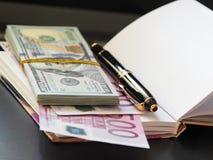 Billetes, cuaderno, manija fotografía de archivo libre de regalías