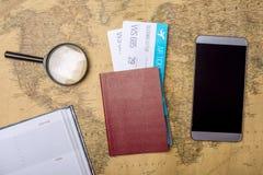 Billetes de avión con el pasaporte y el teléfono en el fondo del mapa del mundo, topview El concepto de transporte aéreo y de día Fotografía de archivo libre de regalías
