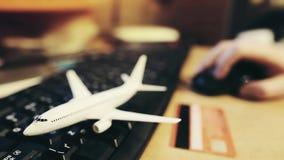 Billetes de avión de un libro del hombre en el sitio web del ` s de la línea aérea La persona Defocused compra boletos para alred almacen de metraje de vídeo