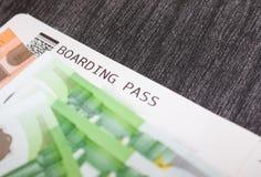 Billetes de avión y dinero en la tabla Billetes de banco y documento de embarque euro El concepto de comprar el boleto para el vi fotografía de archivo
