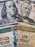 billetes de banco americanos y billetes de banco cubanos de diversas denominaciones