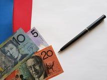 billetes de banco australianos, pluma negra y hoja de papel blanca foto de archivo