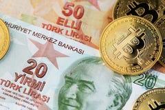 Billetes de banco de Bitcoin Cryptocurrency y de la lira turca fotografía de archivo