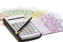 Billetes de banco, calculadora y pluma europeos Imagenes de archivo