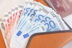 Billetes de banco, cartera y pasaporte euro del dinero Imagen de archivo libre de regalías