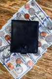 Billetes de banco cientos dólares, centavos y monederos Imagen de archivo