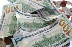 Billetes de banco cientos dólares y monedas Foto de archivo