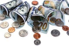 Billetes de banco cientos dólares y monedas aislados Fotos de archivo