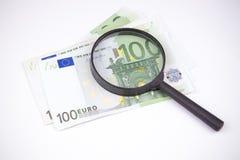 Billetes de banco cientos euros en un fondo blanco Foto de archivo