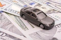 Billetes de banco colocados del dólar de EE. UU. del coche modelo Fotografía de archivo