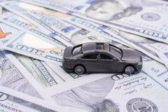 Billetes de banco colocados del dólar de EE. UU. del coche modelo Fotos de archivo libres de regalías