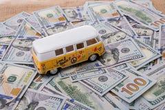 Billetes de banco colocados furgoneta modelo del dólar de EE. UU. Imágenes de archivo libres de regalías