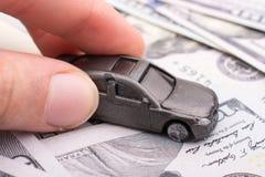 Billetes de banco colocados modelo del dólar de EE. UU. del coche a disposición Imagenes de archivo