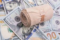 Billetes de banco colocados vendaje médico del dólar de EE. UU. Fotos de archivo libres de regalías