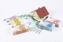 Billetes de banco con la casa modelo Imagenes de archivo