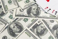 Billetes de banco de dólares Espadas reales del flash del casino de las tarjetas que juegan Cuatro as juego winning imágenes de archivo libres de regalías