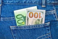 Billetes de banco de cientos euros y de cientos dólares americanos Fotos de archivo