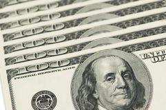 Billetes de banco de dólar americano dispuestos en fila Fotografía de archivo libre de regalías