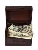 Billetes de banco de dólar americano en tronco del tesoro Imagenes de archivo