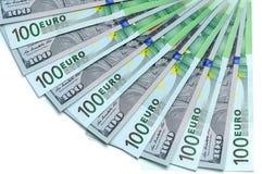 Billetes de banco de 100 dólares de EE. UU. y de la mentira euro 100 una fan Fotos de archivo libres de regalías