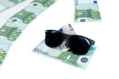 Billetes de banco de 100 euro y de gafas de sol Foto de archivo libre de regalías
