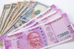 2000 billetes de banco de la rupia sobre billete de banco del dólar de EE. UU. Fotografía de archivo libre de regalías