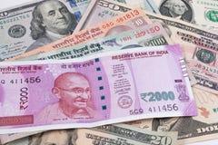 2000 billetes de banco de la rupia sobre billete de banco del dólar de EE. UU. Imagen de archivo