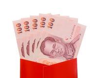 Billetes de banco del baht tailandés en el paquete rojo para el regalo chino del Año Nuevo Fotos de archivo libres de regalías