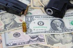 Billetes de banco del dólar con el arma y la revista Imagen de archivo libre de regalías