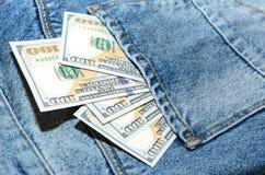 Billetes de banco del dólar en bolsillo de la parte posterior de los vaqueros Imagen de archivo