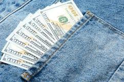 Billetes de banco del dólar en bolsillo de la parte posterior de los vaqueros Imágenes de archivo libres de regalías