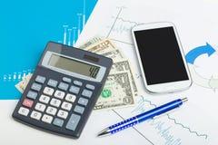 Billetes de banco del dinero del dólar de los E.E.U.U., calculadora y teléfono móvil Imagen de archivo libre de regalías