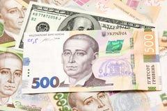 Billetes de banco del hryvnia, dólares, mentira euro del primer en la tabla B imagen de archivo