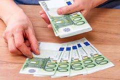 Billetes de banco del recuento de las manos 100 euros Imagen de archivo libre de regalías