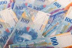 100 billetes de banco del suizo del CHF Foto de archivo