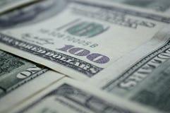 Billetes de banco dispersados de 100 dólares de EE. UU. Foto de archivo libre de regalías