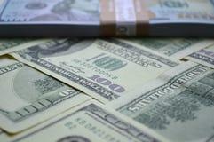 Billetes de banco dispersados de 100 dólares de EE. UU. Foto de archivo