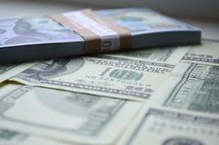 Billetes de banco dispersados de 100 dólares de EE. UU. Fotografía de archivo