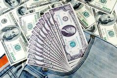Billetes de banco en bolsillo de los vaqueros Fotografía de archivo libre de regalías