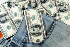 Billetes de banco en bolsillo de los vaqueros Foto de archivo
