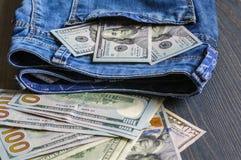 Billetes de banco en el bolsillo Muchos dólares fotos de archivo